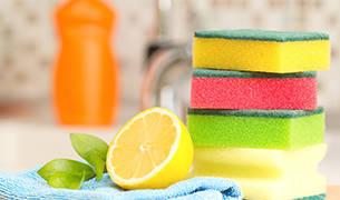 Kategorie Reinigungsmittel - Schwämme & Putzlappen im Vordergrung, Reinigungsmittel im Hintergrund